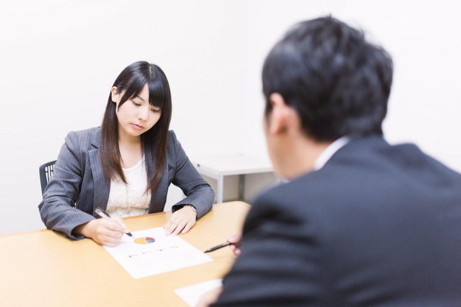 別れさせ屋は、依頼人からの情報を引き出すためにまずは徹底的なヒアリングをします。